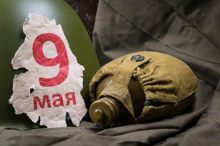 Photo pour Le casque militaire et l'inscription sur le vieux papier le 9 mai - image libre de droit