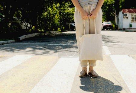 Photo pour Jeune femme dans une marche blanche dans la rue - image libre de droit