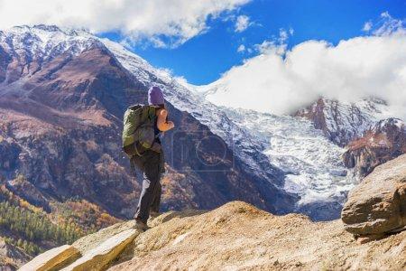 Photo pour Concept de voyage. Randonneur avec sac à dos offrant une vue magnifique sur les montagnes . - image libre de droit