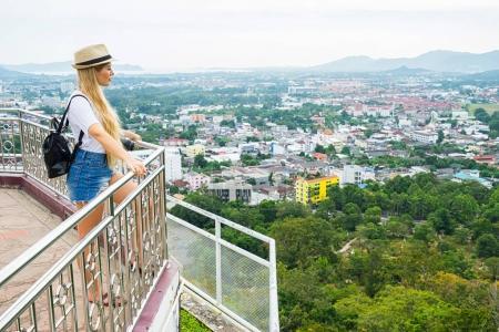 Photo pour Touriste à la recherche du point de vue sur la ville. Fille avec sac à dos, appareil photo et un chapeau. Concept de voyage. - image libre de droit