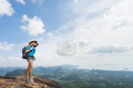 Photo pour Randonneur au sommet de la montagne. Tourisme voyage avec sac à dos et chapeau en parc national. Femme à la recherche sur la vallée avec beaux rochers. Concept de voyage. - image libre de droit