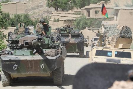 Photo pour Légionnaires du 1er régiment de cavalerie de la Légion étrangère française sur un char AMX-10 lors d'une mission de combat en Afghanistan . - image libre de droit