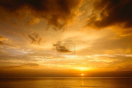 Photo pour Beau coucher de soleil au bord de la mer avec ciel profond nuageux. Espace pour le texte - image libre de droit