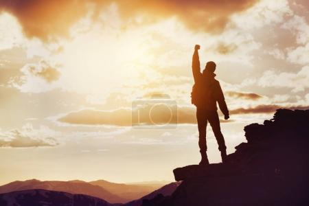 Photo pour Silhouette de l'homme en position gagnante sur le sommet de la montagne. Gagner concept avec espace pour le texte - image libre de droit