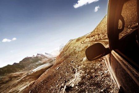 Photo pour Concept de voyage 4x4 offroad prêt voiture sur col de montagne - image libre de droit