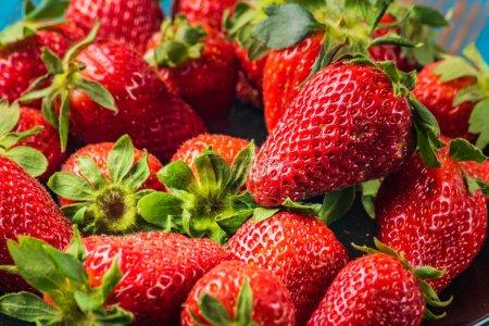 Photo pour Fond rouge fraise juteuse douce mûre, closeup, horizontal. - image libre de droit