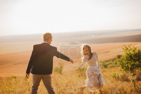 Photo pour Jeune couple vient de se marier marchant dans les montagnes - image libre de droit
