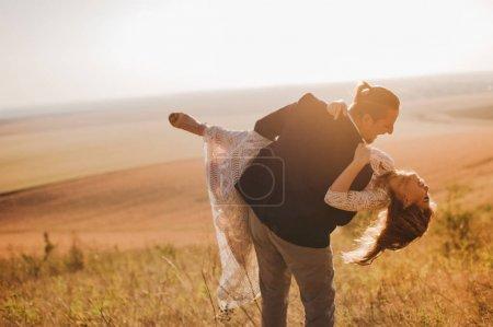 Photo pour Portrait couple, tendresse amour nature, montagnes - image libre de droit