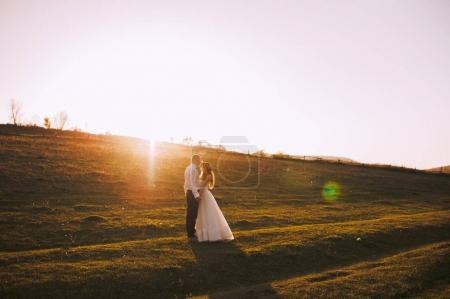 Photo pour Heureuse mariée et le marié dans la forêt d'automne - image libre de droit
