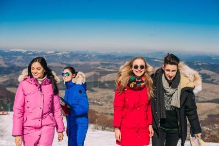Photo pour Joyeux groupe de jeunes dans les montagnes - image libre de droit