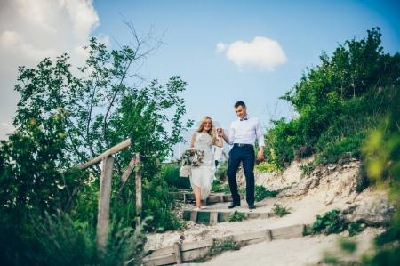 Couple de mariage dans les montagnes