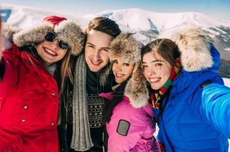jeunes dans les montagnes