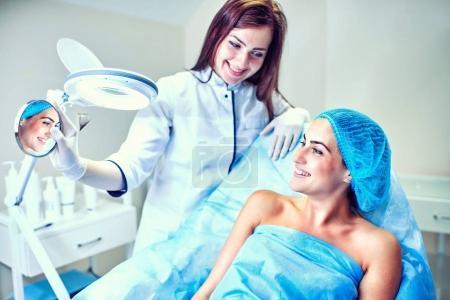 Photo pour Une femme cosmétologue au travail à l'hôpital - image libre de droit