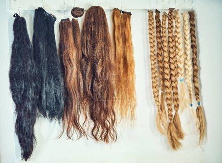 Photo pour Équipement d'extension de cheveux de cheveux naturels. échantillons de cheveux de différentes couleurs - image libre de droit