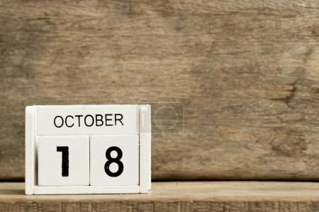 Calendrier bloc blanc date actuelle 18 et mois Octobre sur fond bois