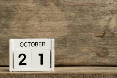 Calendrier bloc blanc date actuelle 21 et mois Octobre sur fond de bois (commémoration de la police indienne, Journée chinoise outre-mer )