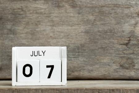 Calendrier bloc blanc date actuelle 7 et mois de juillet sur fond bois