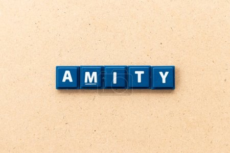 Photo pour Carrelage lettre en mot amity sur fond de bois - image libre de droit