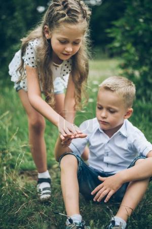 Foto de Niños jugando en el parque, supongo que cerrando uno al otro ojo, siter y hermano - Imagen libre de derechos