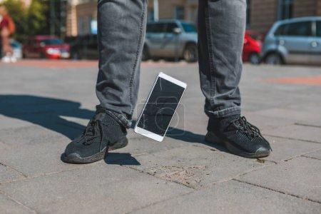 Photo pour Déposer l'écran craqué du téléphone mobile. accident. service de réparation - image libre de droit