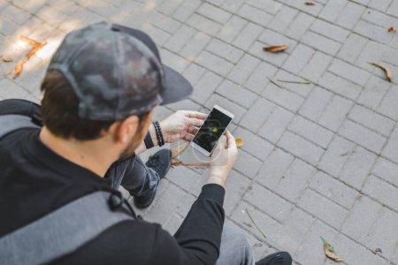 Photo pour Mains tenant le téléphone avec écran craqué cassé. gadgets assurance - image libre de droit