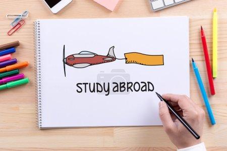 Photo pour Étudier à l'étranger texte sur papier. Concept - image libre de droit