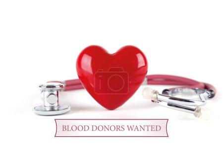Photo pour Coeur de stéthoscope et rouge sur fond blanc avec les donneurs de sang de texte voulu - image libre de droit