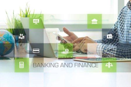 Photo pour Homme d'affaires travaillant dans le bureau et le concept des icônes de la banque et de la finance - image libre de droit