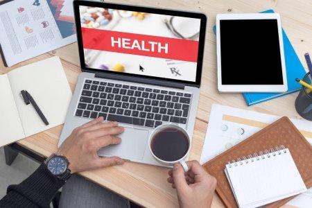Photo pour Concept santé sur écran d'ordinateur portable - image libre de droit