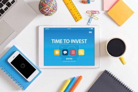 Photo pour Temps d'investir le Concept sur l'écran du Tablet Pc - image libre de droit