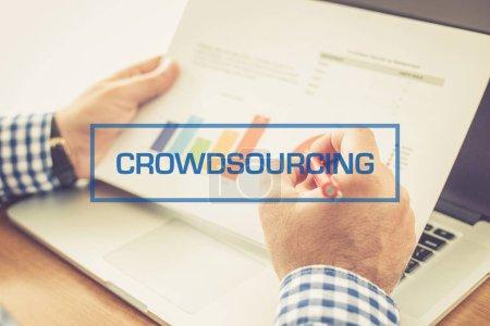Photo pour Concept de crowdsourcing. Graphiques de holding homme d'affaires - image libre de droit