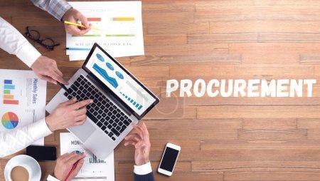 Photo pour PASSATION DE MARCHÉS concept de mot sur fond de bureau, équipe de professionnels à avec des appareils - image libre de droit