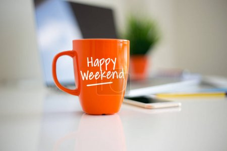 Photo pour Happy Weekend café tasse concept - image libre de droit