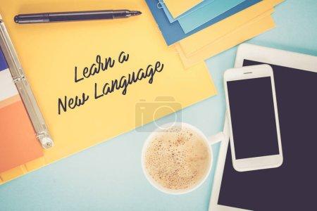 Foto de Bloc de notas en mesa de trabajo y el concepto de aprender un nuevo lenguaje escrito - Imagen libre de derechos