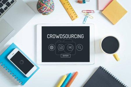 Photo pour Concept de crowdsourcing sur Tablet Pc écran avec icônes - image libre de droit