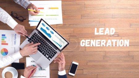 Photo pour LEAD GENERATION CONCEPT sur fond de bureau, équipe d'affaires avec des appareils - image libre de droit