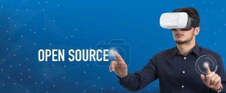 Photo pour Future Technology et Business Concept: l'homme avec les lunettes de réalité virtuelle et de toucher le bouton Open Source - image libre de droit
