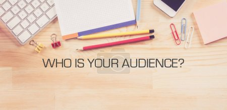 Photo pour Business Workplace avec quel est votre public? Concept sur fond en bois - image libre de droit