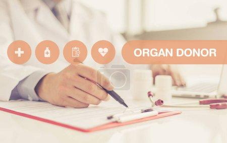 Photo pour Médecin écriture recette sur bloc-notes, lettrage au milieu - image libre de droit