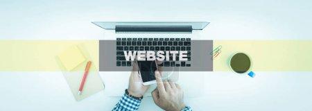 Photo pour L'homme à l'aide d'appareils numériques Concept technologique: site Web - image libre de droit