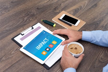Photo pour Homme d'affaires avec tablette numérique IMPACT CONCEPT - image libre de droit