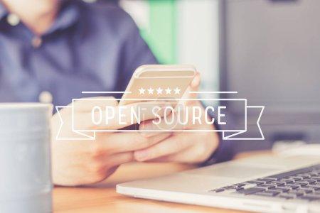 Photo pour Concept de l'Open Source. Homme à l'aide de smartphone - image libre de droit