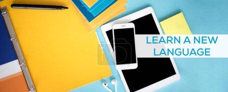Foto de Aprender un nuevo concepto de lengua. Pen tablet, smartphone y fieltro en el escritorio - Imagen libre de derechos