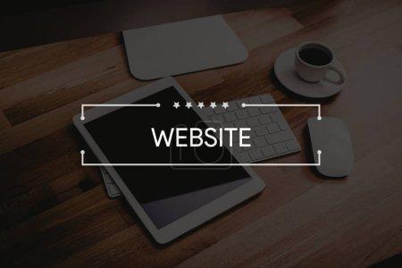 Photo pour Tablette numérique sur le bureau. Site Web Concept - image libre de droit