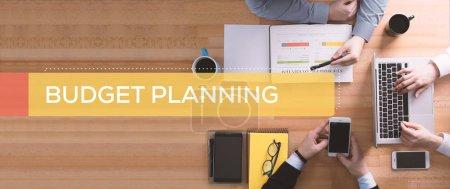 Foto de Concepto de planificación de presupuesto. Gente de negocios trabajando en escritorio - Imagen libre de derechos