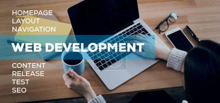 Photo pour Concept de développement Web. Femme à l'aide d'ordinateur portable - image libre de droit