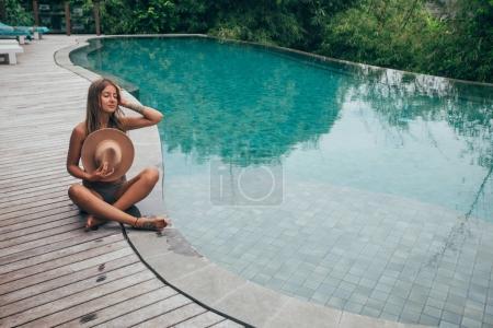 Photo pour Jolie fille blonde près de piscine - image libre de droit