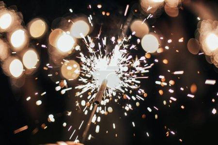 Foto de Fuegos artificiales. Las chispas. Celebración del día de fiesta y fiesta - Imagen libre de derechos