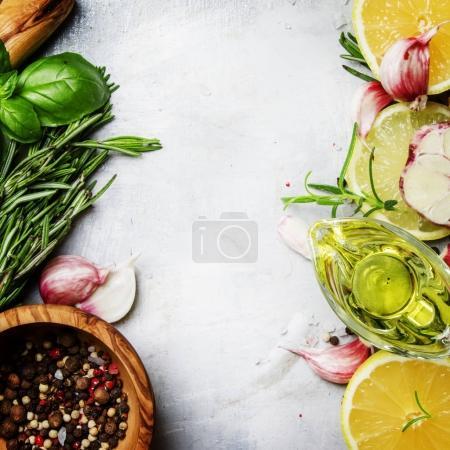 Photo pour Fond alimentaire, épices, herbes, huile d'olive et assaisonnements, vue sur le dessus - image libre de droit