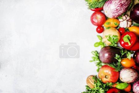 Foto de Concepto de comida vegetariana, verduras y hierbas, vista superior - Imagen libre de derechos